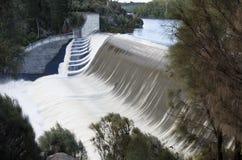 De dam van Trevallyn in vloed Stock Afbeelding