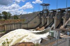 De Dam van Wivenhoe met één open poort Stock Afbeeldingen