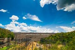 De dam veroorzaakt elektriciteit Royalty-vrije Stock Foto's