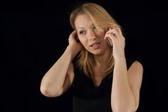 De dame die van Buseness over haar overeenkomst op de telefoon spreken Royalty-vrije Stock Foto