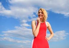 De dame die van het meisjesblonde geniet van warme zonlicht blauwe hemel met wolkenachtergrond glimlachen Voelt de vrouwen rode k royalty-vrije stock foto