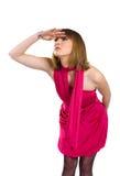 De dame in een roze kleding onderzoekt de afstand Stock Foto's