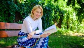 De dame geniet van poëzie in tuin Romantisch gedicht Geniet van rijm Neemt het vrouwen gelukkige glimlachende blonde onderbreking stock afbeeldingen