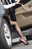 De dame krijgt uit de auto Stock Foto