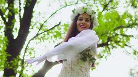 De dame in de lentekleding danst bij het park stock videobeelden
