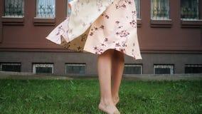 De dame met eerlijk haar in mooie kleding geniet van het leven en rotaties stock video