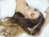 De dame met maakt omhoog het ontspannen op bed, hoogste mening royalty-vrije stock foto's
