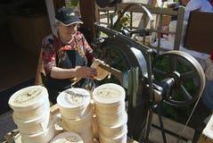 De dame produceert houten dozen voor kaas Affoltern im Emmentaler, Zwitserland Royalty-vrije Stock Fotografie