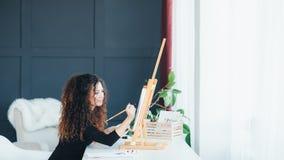 De dame van de creativiteitinspiratie begaafd het schilderen huis stock afbeeldingen