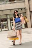 Winkelende vrouw Stock Foto's