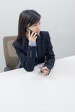De dame van het bureau op telefoon Royalty-vrije Stock Fotografie