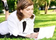 De dame van het bureau in park Royalty-vrije Stock Afbeeldingen