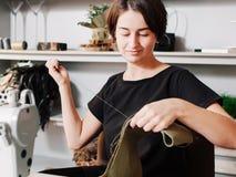 De dame van de naaisters het professionele carrière naaien royalty-vrije stock foto's