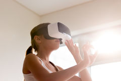De dame in VR-glazen gaat met virtuele werkelijkheid interactie aan Stock Foto