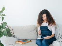 De damepotloden die van de creativiteitinspiratie naar huis trekken stock afbeelding