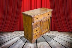De dames en de heren zijn hier aan u het oude enkel herstelde meubilair! - conceptenbeeld met een oud Italiaans meubilair op stad stock foto