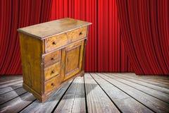 De dames en de heren zijn hier aan u het oude enkel herstelde meubilair! - conceptenbeeld met een oud Italiaans meubilair op stad stock afbeeldingen