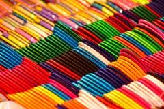 De dames gebruiken armbanden kleurrijke objecten foto royalty-vrije stock fotografie