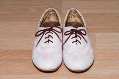 De dameschoenen van het manierleer op houten grond Stock Afbeelding