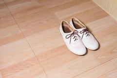 De dameschoenen van het manierleer op houten grond Royalty-vrije Stock Fotografie