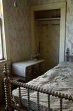 De dammiga restna av ett sovrum i spökstaden, Bodie royaltyfri foto