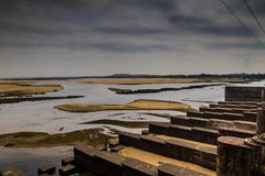De damversperring in het landschap van de durgapurstad met vloedpoorten sloot clowdy scène HDR Royalty-vrije Stock Fotografie