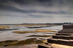 De damversperring in het landschap van de durgapurstad met vloedpoorten sloot clowdy scène HDR Stock Fotografie