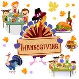 De dankzeggingsreeks, geïsoleerde gelukkige familie bij de dinerlijst eet Turkije drinkt wijn Moedervader met kinderen Stock Afbeelding