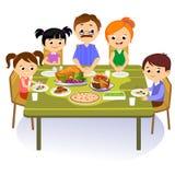De dankzeggingsreeks, geïsoleerde gelukkige familie bij de dinerlijst eet Turkije drinkt wijn Moedervader met kinderen Stock Afbeeldingen