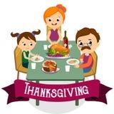 De dankzeggingsreeks, geïsoleerde gelukkige familie bij de dinerlijst eet Turkije drinkt wijn Moedervader met kinderen Royalty-vrije Stock Afbeeldingen