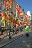 De Dans van de draak bij de Chinese Vieringen van het Nieuwjaar in L Royalty-vrije Stock Foto's