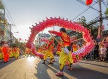 De dans van de draak bij het MaanFestival van het Nieuwjaar Tet, Vietnam Stock Foto's