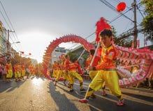 De dans van de draak bij het MaanFestival van het Nieuwjaar Tet, Vietnam Stock Foto