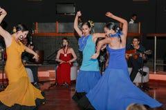 De dans van de flamencostijl door Cubaanse mooie meisjes wordt uitgevoerd dat Stock Afbeeldingen