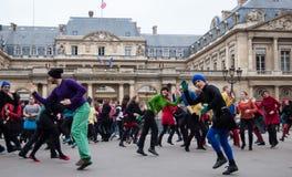 De dans van de flits menigte in Parijs stock foto