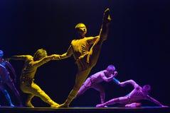 De dans van de groep toont