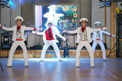 De dans van de zeeman bullseye door dansers, actoren wordt uitgevoerd van de groep van St. Petersburg verklaart muziekzaal die Stock Afbeeldingen
