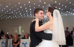 De dans van het jonggehuwdepaar Stock Foto