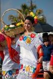De dans van het meisje in Mexicaanse kostuum en fruitmand