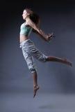 De dans van het schoonheidsmeisje op grijze achtergrond Stock Foto