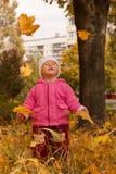 De dans van mooie babymeisje het letten op bladeren Stock Afbeeldingen