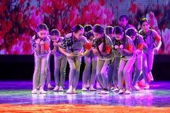 De de Dansacademie die van Peking van Kinderen` s Korpsen van het de dansonderwijs van test opmerkelijke kinderen ` s de voltooii stock foto