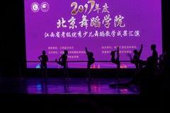 De Dansacademie die van silhouetpeking van het de dansonderwijs van test opmerkelijke kinderen ` s de voltooiingstentoonstelling  Stock Foto