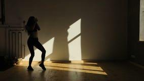De dansende atletieksportvrouw beweegt bekken in de studio stock videobeelden
