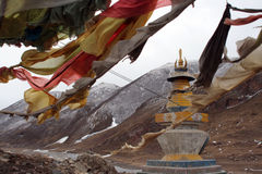 De dansende gebedparaplu vóór een pagode royalty-vrije stock fotografie