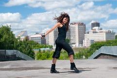 De dansende heup-hop van het meisje over stedelijk landschap Stock Fotografie