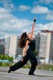De dansende heup-hop van het meisje over stedelijk landschap Stock Foto's