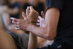 De danser die handen contacteren, voert carrosserie uit stock foto