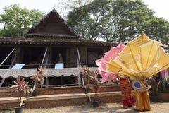 De danser die wachten op voert traditionele Thaise dans uit Royalty-vrije Stock Afbeelding