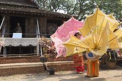 De danser die wachten op voert traditionele Thaise dans uit Royalty-vrije Stock Afbeeldingen